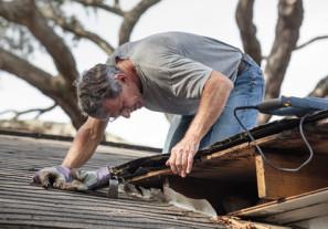 Pracownik podczas konserwacji dachu